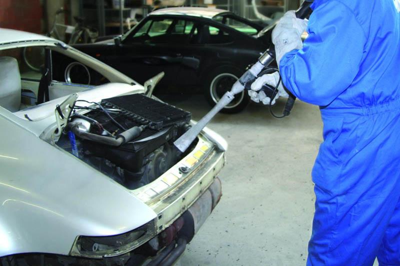 Eisstrahlen zur Reinigung des 911er Motorraumes