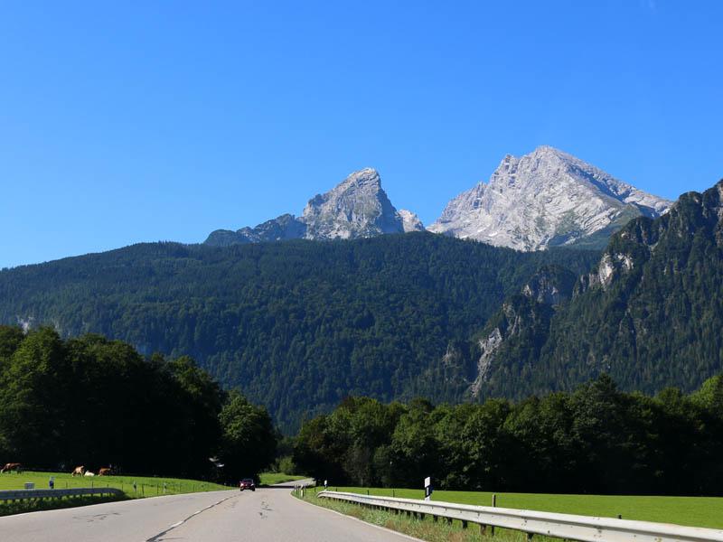 Deutsche Alpenstraße mit Blick auf den Watzmann